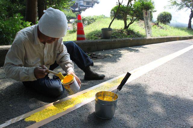ガムテープで道をつくってペンキ塗り。 いろんなところで職人技が光ります。