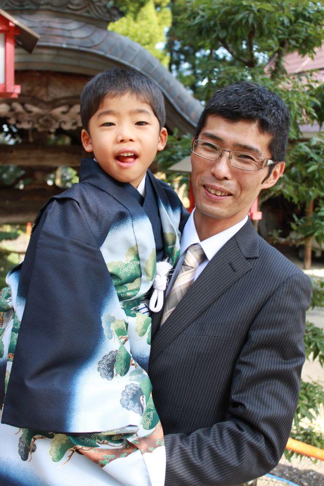 おとうさんとおかあさんは、若宮神社で結婚式を挙げました。 小窓のよろこびは、こんな再会の瞬間です。