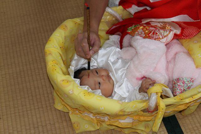 赤ちゃんがかわいいと、何もかもがかわいく見えます。 ひよこのベッドも、お布団のしわも、禰宜さんの手も。