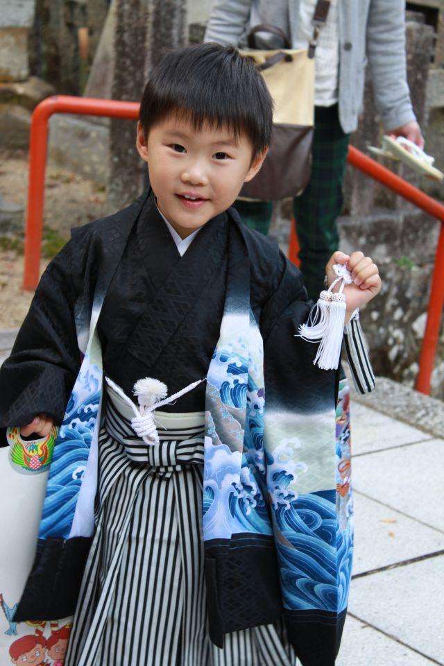 袴姿で剣をふりまわし。 あまりの勇ましい姿に、おかあさんは一瞬スターニンジャーが現れたと思ったんだそうです。
