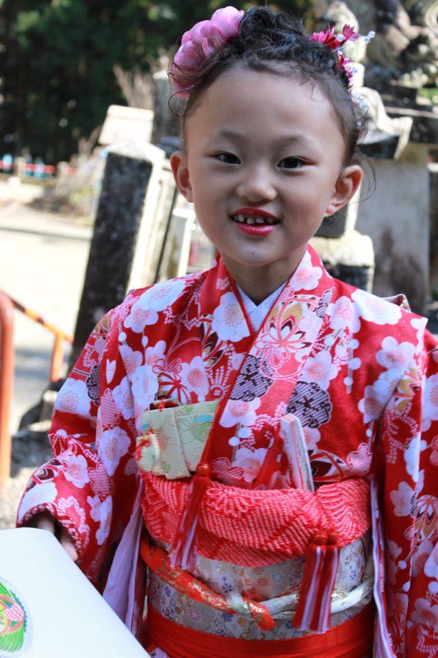鮮やかなピンクの口紅を塗ると、いつものべっぴんさんが どえらいべっぴんさんになりました。「どえらい」というのは、「すごい」ということです。 大阪弁で言うと「ごっつ べっぴんさん」です。