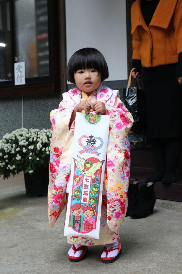 昭和風のおかっぱ頭に袋を持つやわらかいおてて。 ただもうそこにいるだけで、キュンとなるかわいらしさがいっぱいです。