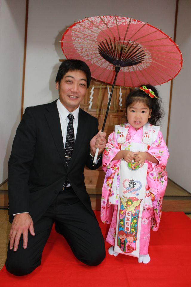 薄暗い神殿の前に立つと、だいたいの子は足がすくむものですが、宮司さんのお声がかかると家族を置いてひとりトコトコ乗り込んでいきました。 なかなかの肝っ玉ムスメ、3歳です。