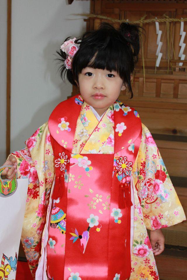記念すべき3歳のおまいりに、私が選んだ着物の色は黄色。 神殿でのお作法もなかなかのものだったようで、宮司さんも嬉しいうなり声をあげていました。